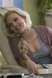 """Springt gerne mal nackt in den Pool: Scarlett Johansson in """"Er steht einfach nicht auf dich"""" (Warner)"""